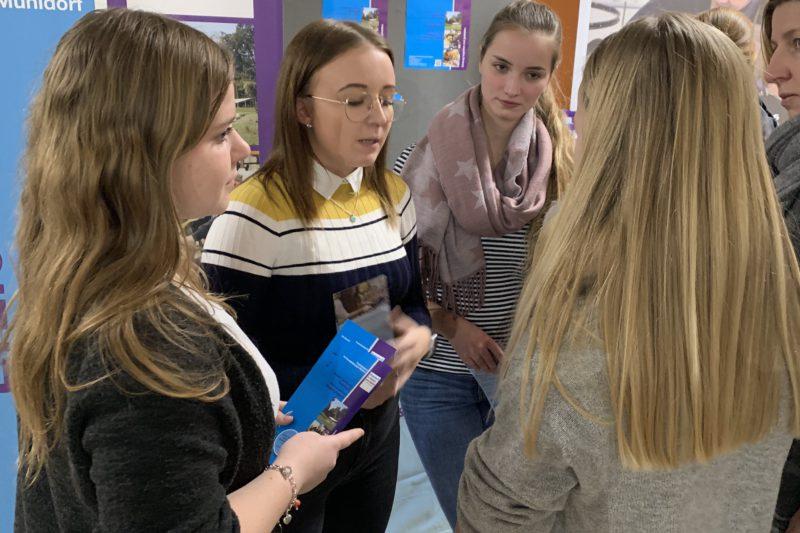 Studierende Informieren über Das Ausbildungsangebot An Der Fachakademie