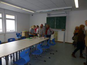 Die Lehrkräfte nutzen die Gelegenheit um sich mit der jeweiligen Fachschaft auszutauschen.